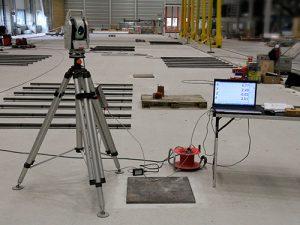 Industriemesser auf einem Stativ in einer Halle angeschlossen an einem Computer.