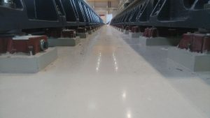 RK Fixatoren mit Ankerschrauben unter einem ca. 50m langen Maschinenbett (mehrere Teilstücke).